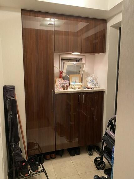 玄関 家族の履物をすっきり収納できます。照明もおしゃれで、ほんのりラグジュアリーな空間。