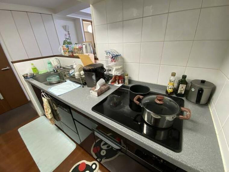 キッチン IHコンロのシステムキッチン。作業スペースも広々です。
