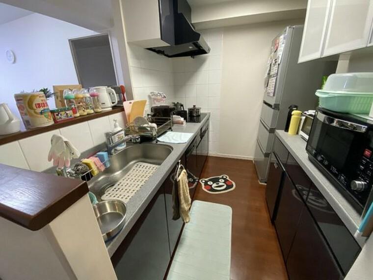 キッチン 背面に据え付けのカップボードあり!たっぷり収納できて使い勝手良好です。 ディスポーザー、ビルトイン食洗器有。