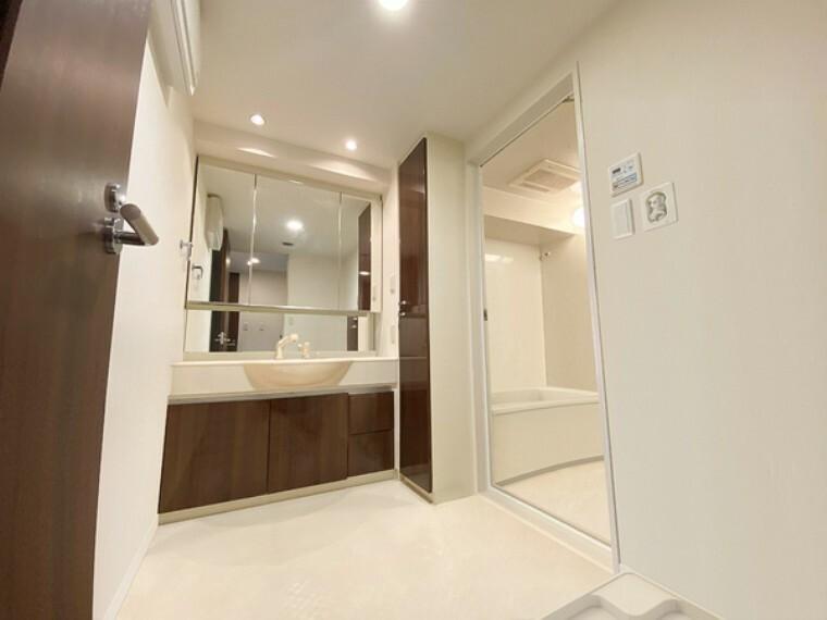 洗面化粧台 広々の洗面室にたっぷりの収納! 高級感のある洗面室です! ※CG処理にて家具を消しております。