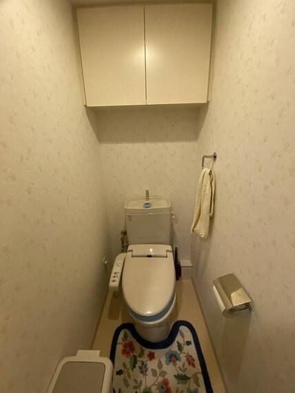 トイレ お手洗いは吊戸棚付き!備品などを収納することで生活感を軽減できます。