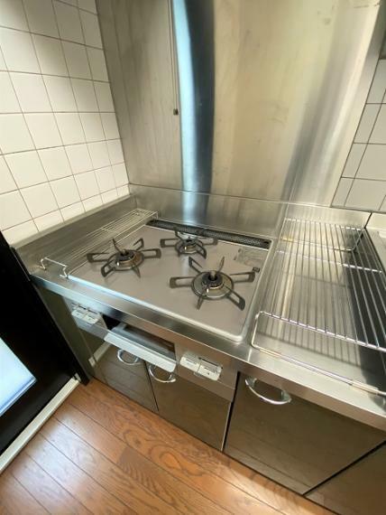 キッチン カウンターよりも低くなっていますので調理がしやすいです。