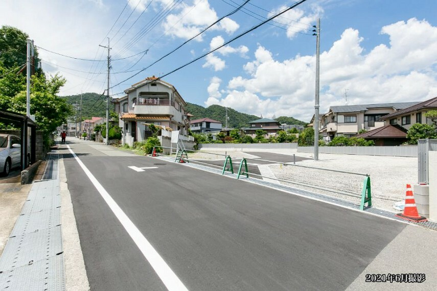 現況写真 【前面道路】北側に進むと「新稲東」バス停(徒歩3分/約180m)がある箕面池田線に突き当ります。「千里中央」駅へのアクセスに便利で、大阪空港利用の出張もスムーズです。/2021年6月撮影