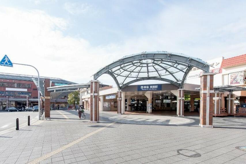 徒歩9分(約720m)。朝の通勤・通学に嬉しい始発駅。「大阪梅田」駅まで乗車23分(「石橋阪大前」駅で乗換)でアクセスできます。駅周辺にはコンビニ・複数の買物施設・各種金融機関が揃います。