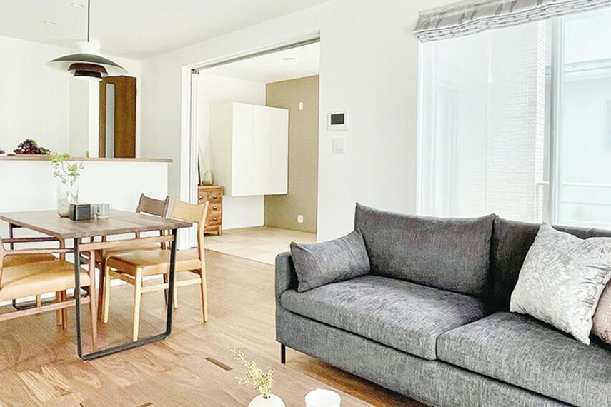居間・リビング 【暮らしに合わせて部屋数を調整】  可変的な間仕切りで部屋を分けたり、一つにしたりできる空間。ライフスタイルに合わせて部屋数を4LDKに調整できます。※号棟により採用状況が異なります。