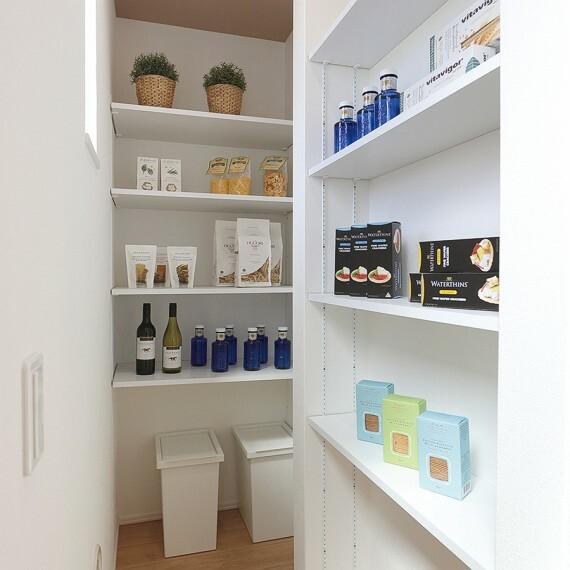 収納 【キッチンパントリー】  キッチン家電やキッチン用品などをスッキリと収納することができるパントリー。キッチン脇に設置した大容量収納で、食品のストックにも便利です。※号棟により採用状況が異なります。