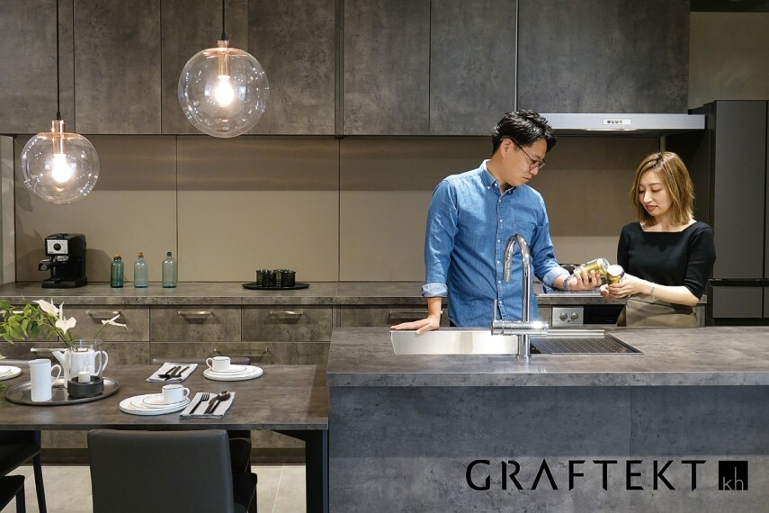 【GRAFTECTキッチン】  家具のようなキッチンでLDKをコーディネートするGRAFTECTキッチン。キッチンをを引き立てるモダンスクェアデザインの手づくり板金シンクは、天板とシームレスに仕上げ、お手入れしやすく、いつまでも清潔に使えます。キズ、摩擦、汚れ、水、衝撃に強い高機能メラニン素材「エバルト」を天板部分に採用しています。