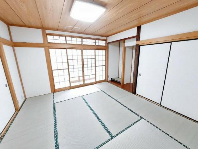床の間もある和室は8帖。雪見障子でお庭を楽しめます。