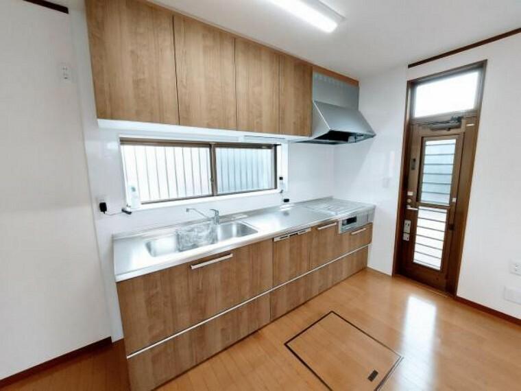 キッチン 窓があり換気もしやすいですね。