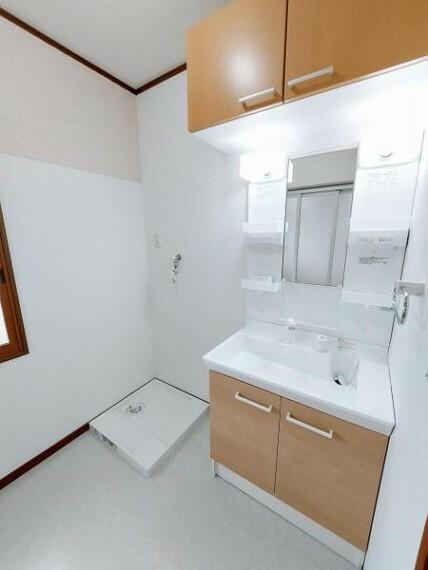 洗面化粧台 洗面台上にも収納があり洗剤等のストックに便利ですね