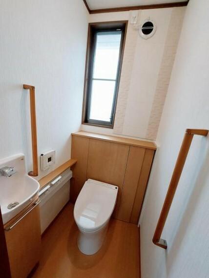 トイレ 手洗器のあるトイレ。手すりも多く立ち上がりやすいですね。