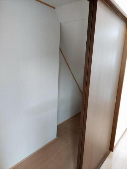 収納 階段下にも大きな収納。掃除用具等の収納にいいですね。