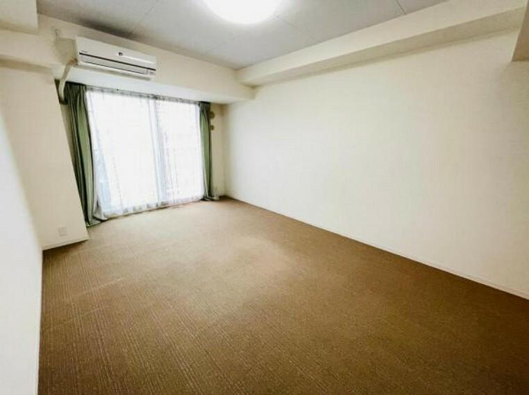 居間・リビング バルコニーに面した明るいお部屋です