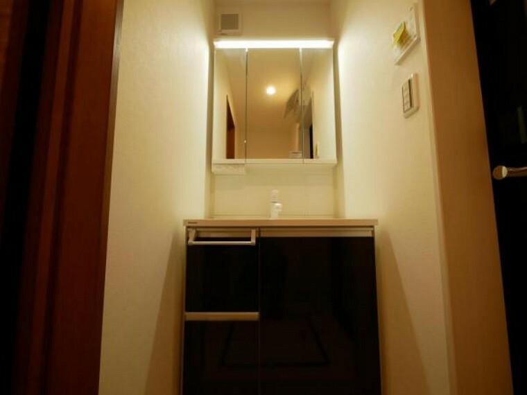 洗面化粧台 日常使う場所だからこそ、機能性と収納力を兼ね備えた洗面台を採用です。高級ホテルを彷彿とさせる洗面台で身だしなみを整えることが出来ます。(洗面台施工例写真)