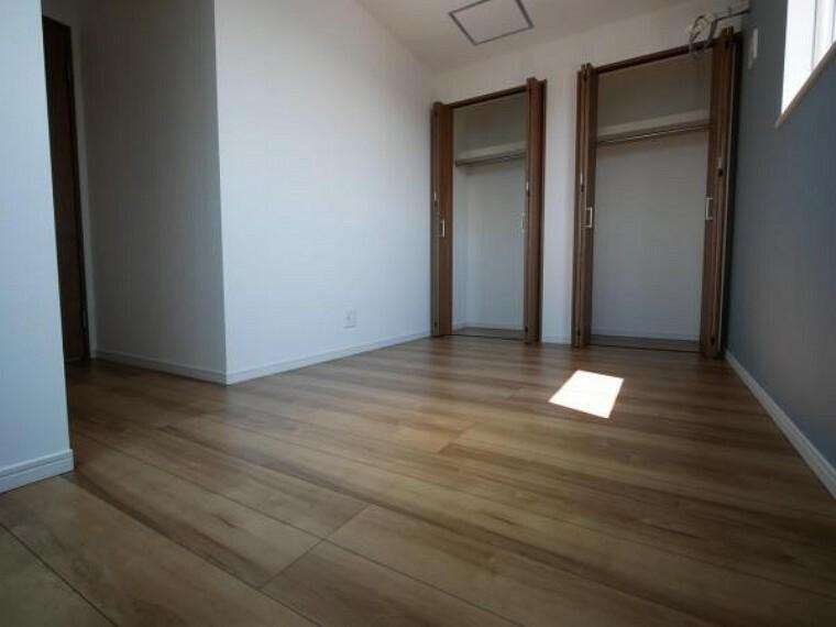 洋室 2面採光にしたことで、明るく開放的な空間が実現です。降り注ぐ陽光が快適な空間を映し出す安らぎの場所です。(洋室施工例写真)