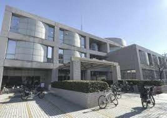 図書館 世田谷区立中央図書館まで1134mです。
