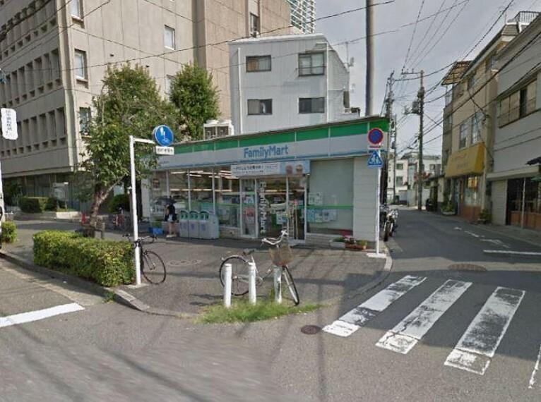 コンビニ ファミリーマート 世田谷新町店まで368mです。
