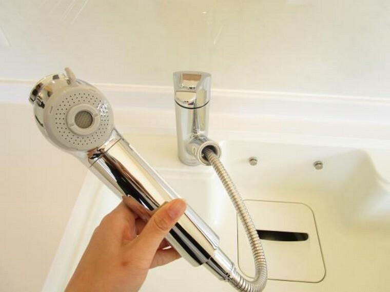 【同仕様写真】交換するキッチンの水栓金具はノズルが伸びてシンクのお手入れもラクラクです。水栓本体には浄水機能が内蔵されていて、おいしいお水をつくります。