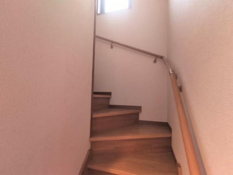 【リフォーム中】階段です。手すり交換、ノンスリップ新設、照明交換、クロス張替えを行う予定です。手すりがあるので上り下りも安心ですね。
