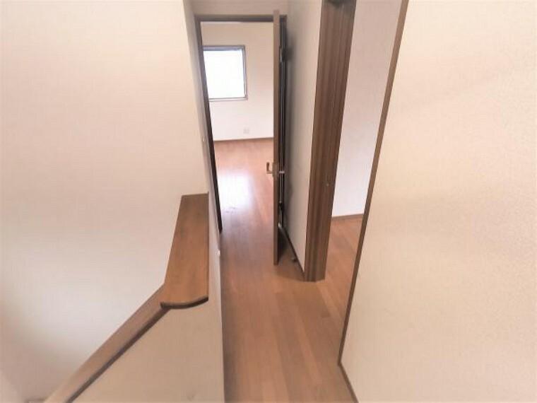 【リフォーム中】2階廊下です。クロス張替え、照明交換、廊下一部拡張、建具新設を行う予定です。部屋の仕切りをつくることで、プライベートな空間がつくられ、より使いやすくなりますね。