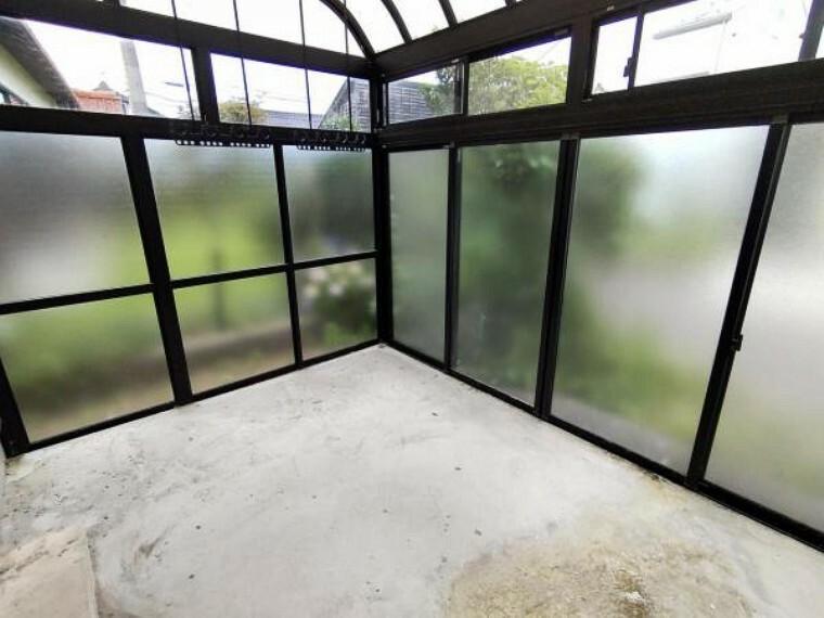 【リフォーム中】サンルームです。ポリカ一部交換、クリーニングを行う予定です。2730×3640の広さがあるので、ご家族の洗濯物を干す際には重宝しますね。