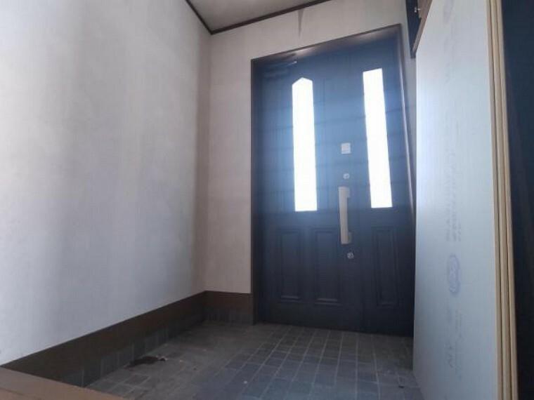 玄関 【リフォーム中】玄関扉クリーニング、玄関鍵交換、シューズボックス交換、クロス張替え、照明交換、手すり設置を予定しております。オウチの顔である玄関がキレイだと、気持ちよくお客様を迎えられますね。