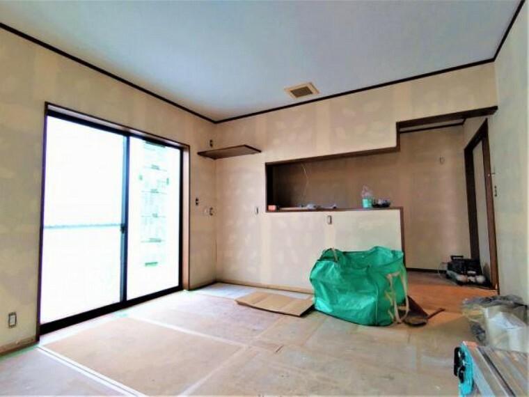 リビングダイニング 【リフォーム中】リビングはクロス張替え、床フロアタイル重ね張り、照明交換、換気扇交換を予定しております。白いキッチンと白いクロスでお部屋の雰囲気がより明るく開放的に仕上がります。
