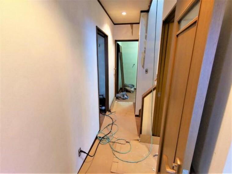 【リフォーム中】1階廊下です。クロス張替え、照明の交換を行います。階段や水回りまで動きやすい配線となっており、いいですね。