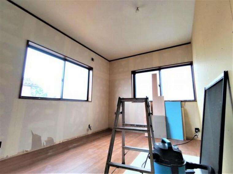 洋室 【リフォーム中】2階14帖洋室です。クロス張替え、照明交換、壁を新設して6帖洋室にへんこうよていです。収納も1間分あり、いいですね。