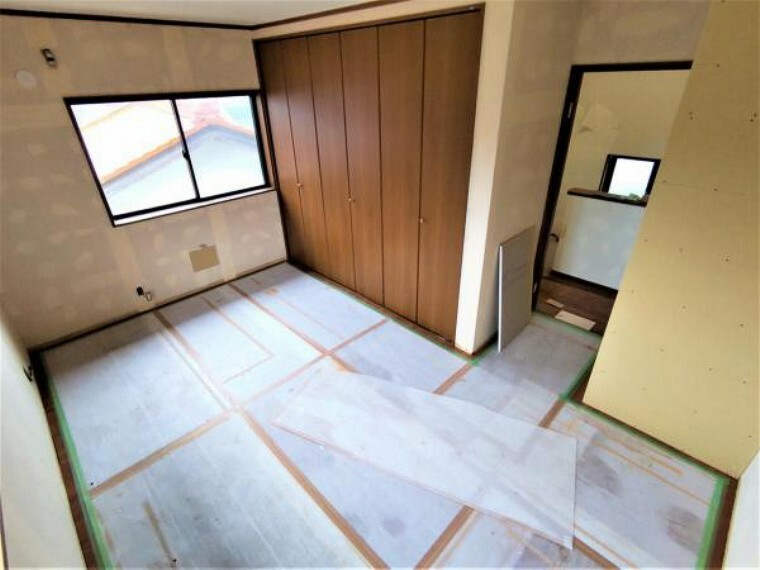 洋室 【リフォーム中】2階洋室8.5帖です。クロス張替え、照明交換を行う予定です。1.5間分の収納もあり、収納力もあります。ご夫婦の寝室にぴったりですね。