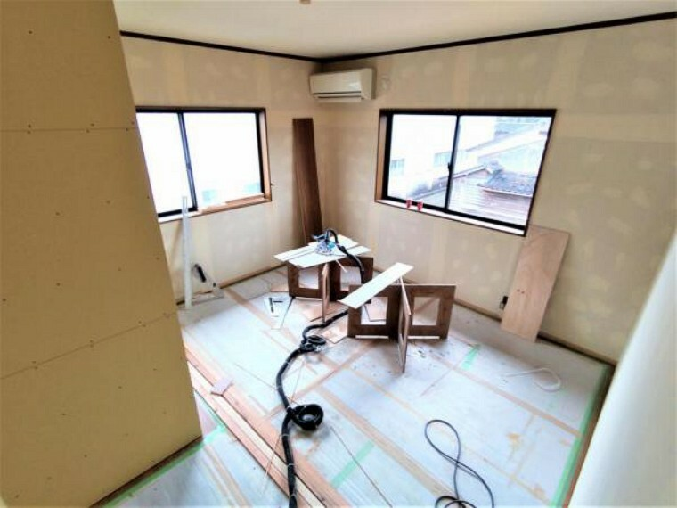 洋室 【リフォーム中】2階洋室14帖です。クロス張替え、照明交換、壁を新設して洋室7帖に変更予定です。クローゼットも新設しますので、お子様の部屋にぴったりですね。