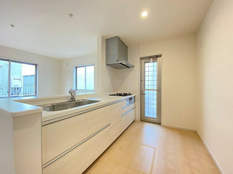 キッチン 開放感ある対面式キッチンはリビングは家族とのコミュニケーションも弾む楽しい空間。 収納力もたっぷりのキッチンです。