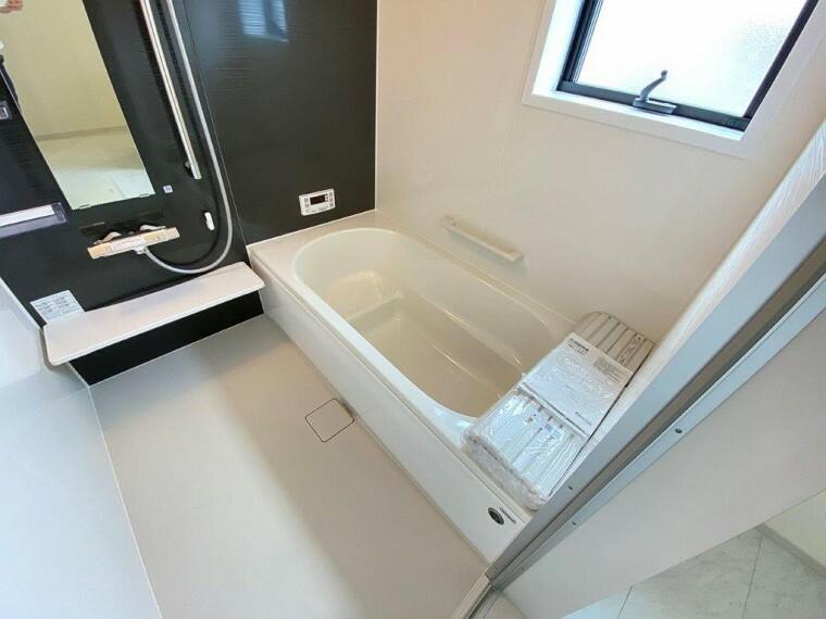 浴室 ゆったりサイズの一坪風呂は大人でも足を伸ばせる広々空間。窓も付いて通風・採光と清潔感ある浴室です。