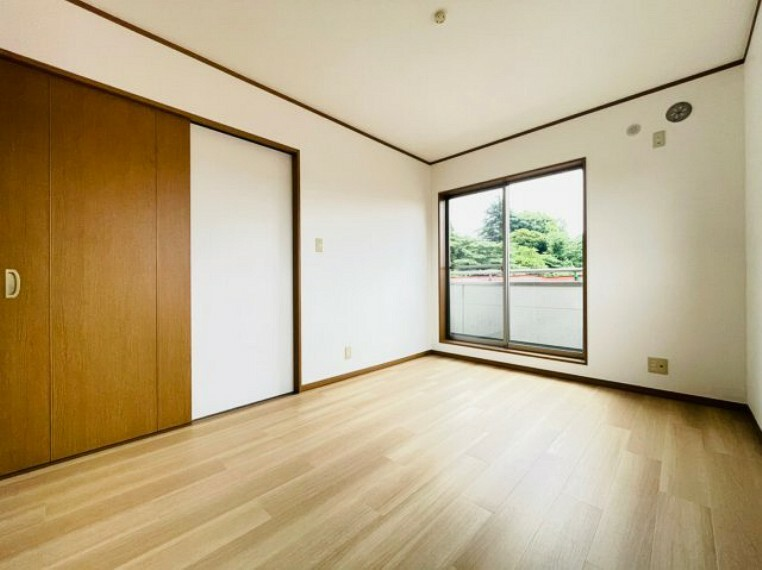 洋室 壁紙・フローリングは張替え済みで新築のように綺麗です