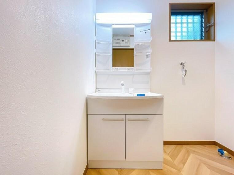 洗面化粧台 新規交換済みの洗面台。シャワー付きなのでお掃除も楽々です