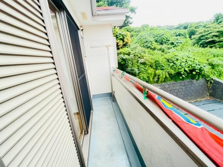 バルコニー 高台に位置しており、南側は広々としたお庭になっているので日当たり良好です