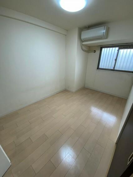 洋室 6.7帖の洋室です。