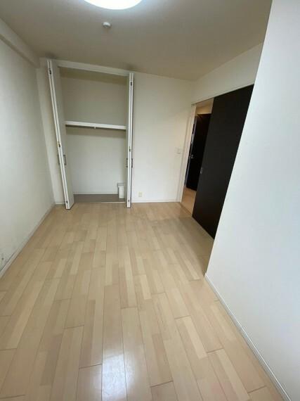 洋室 各居室にクローゼット付きで、部屋を広々とお使いいただけます!