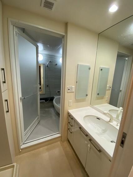 洗面化粧台 収納も備えたワイドサイズの洗面化粧台です。