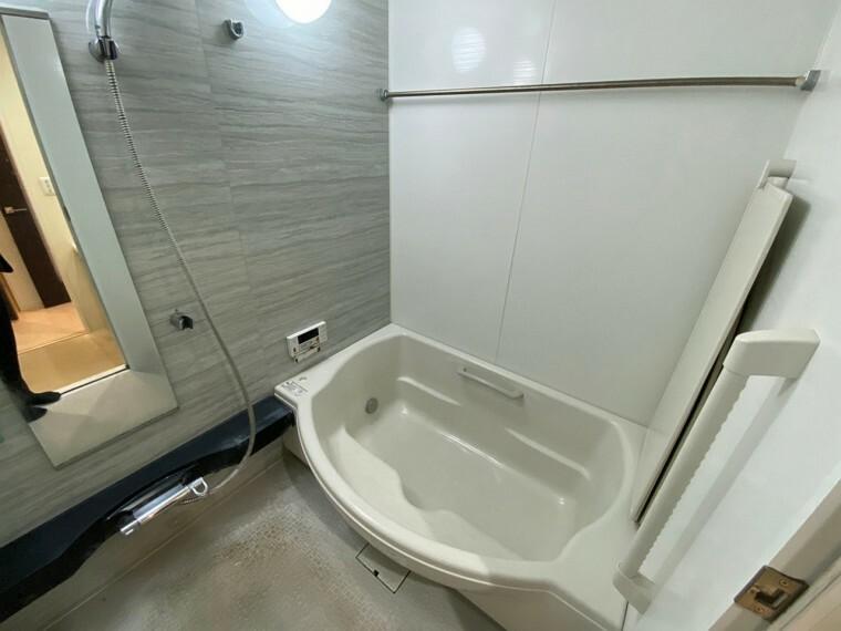 浴室 半身浴もできるゆったりとしたワイドバスタブです。