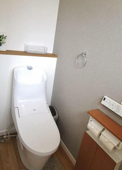 トイレ 小窓があるので明るく清潔感のある衛生的な空間