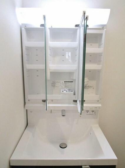 洗面化粧台 三面鏡洗面台は収納豊富。細かいものもスッキリ片付きます