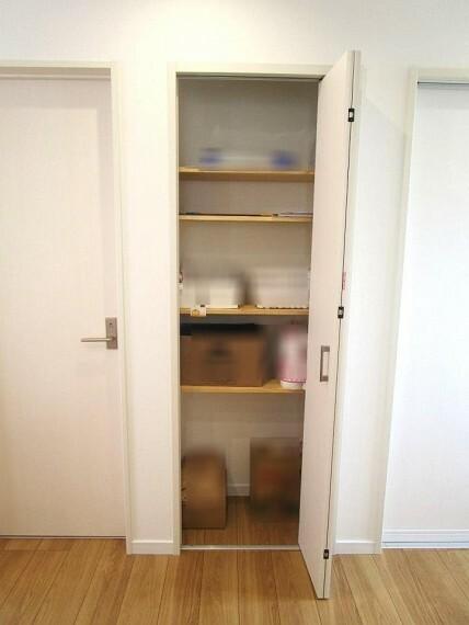 収納 パントリーは食材のストックやキッチン周りの小物などスッキリとしまえて便利です