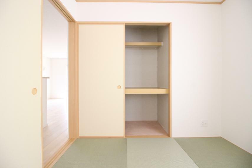 和室 和室にも収納がありますので便利ですね! 同社施工例