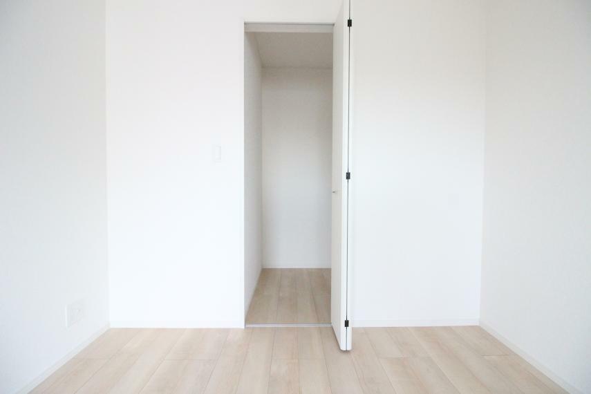 収納 寝室 7.5畳の寝室です 同社施工例  クローゼットも付いています