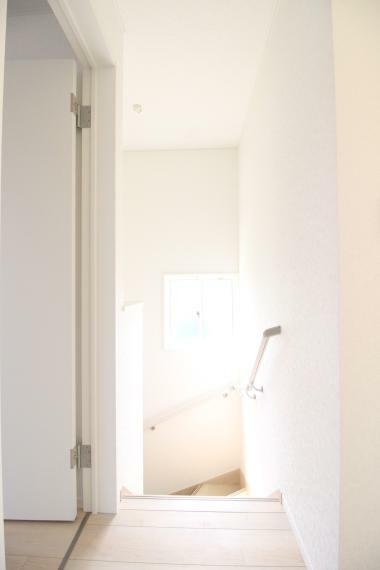 2階共有スペースにも窓がありますので明るく広々ですので便利ですね! 同社施工例