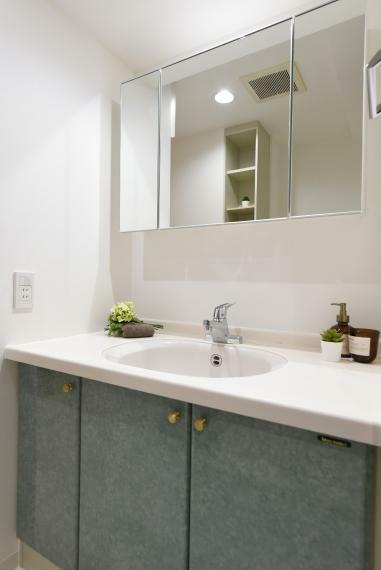 洗面化粧台 新たに三面鏡を設置し使いやすくなった洗面スペース。広々として朝の準備もスムーズ!
