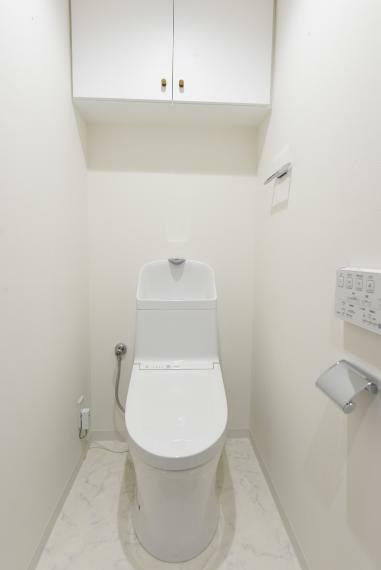 トイレ 上部に棚付きですっきりとした空間を保てます!