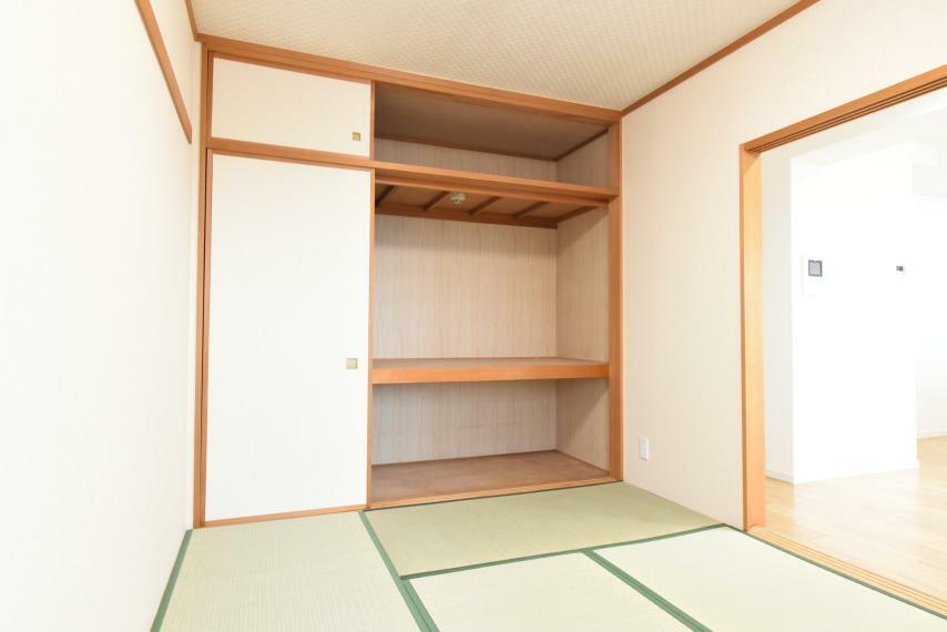和室 たっぷり収納できる押入付きでお布団などもすっきり収まります!