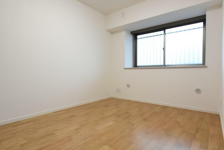 寝室 寝室におすすめの5帖の洋室。クローゼット付きでお部屋を広く使用できます!